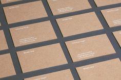 Ziel dieses Projektes war es, eine flexible und hochwertige sowie haptisch angenehme Geschäftsausstattung für unser Studio zu produzieren. Um diverse Drucksachen in einem Durchgang zu produzieren, haben wir einen Druckbogen im Siebdruck mit verschiedenen Formaten, Mustern und Anwendungen bedrucken lassen. Der Bogen wurde mit weißer, beschreibbarer Farbe auf einem hochwertigen, offenem und strukturierten sandfarbenem Karton [...]
