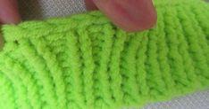 En los años ochenta mis necesidades manuales tomaron forma con las agujas de tejer: tejí tanto, que no recuerdo un solo día en que me sent... Fingerless Gloves, Arm Warmers, Lana, Crochet, Laurus Nobilis, Shape, Yarns, Tejidos, Needle Points