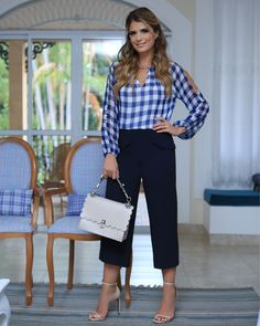 Tons de azul no look escolhido pela @arianecanovas que combinou blusa xadrez com uma pantacourt de linho azul marinho. Corsage, Chic Outfits, Girl Outfits, New Blouse Designs, Loose Shirts, Blouse Styles, Wide Leg Pants, Fashion Dresses, Clothes For Women
