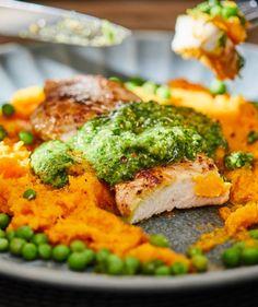 Roston sült csirke medvehagymás salsa verdével recept   Street Kitchen Salsa, Green Kitchen, Salmon Burgers, Broccoli, Vegetables, Ethnic Recipes, Food, Essen, Vegetable Recipes
