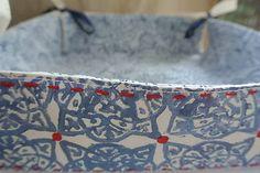 Látkový košíček s motívom páv /modrý-biely/