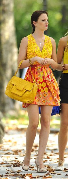 Leighton Meester looks gorgeous as Blair Waldorf in this scene from Gossip Girl. It's all about her loud and colorful dress from Nanette Lepore that she wears Gossip Girl Blair, Gossip Girls, Gossip Girl Season 4, Girls Season 4, Mode Gossip Girl, Blair Waldorf Gossip Girl, Gossip Girl Outfits, Gossip Girl Fashion, Look Fashion
