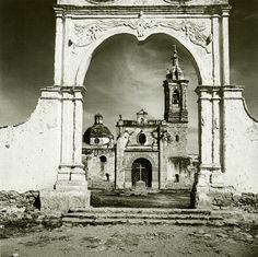 La fotografía de Juan Rulfo | Museógrafo Juan Rulfo fue un escritor, guionista y fotógrafo mexicano, nacido en Sayula, Jalisco en mayo de 1917. Es considerado uno de los escritores nacionales más importantes del siglo XX, e integrante del movimiento literario conocido como realismo mágico. Además de la escritura, realizó una vasta obra fotográfica de gran interés, aunque no alcanzó la misma repercusión que su obra literaria.
