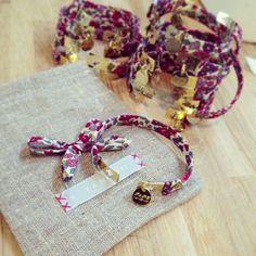 Bracelets d'honneur en liberty et médaille gravée Tand3m - Cadeau à offrir aux témoins http://www.tand3m.fr/collections/a-offrir