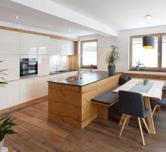 Familien Küchen Apartment Kitchen, Kitchen Interior, Kitchen Design, Kitchen Decor, Kitchen Island Table, Chalet Chic, Family Kitchen, Pent House, Kitchen Storage