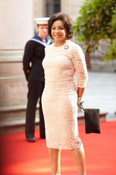Shirley Bassey, singer of Gold finger from James Bond movie and a powerful voice. Divas, Shirley Bassey, Beautiful Females, James Bond Movies, Her Majesty The Queen, Famous Singers, Ageless Beauty, Masons, All Black Everything