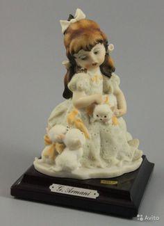 """Статуэтка Джузеппе Армани Girl with Kittens  ПРОИЗВОДИТЕЛЬ: Florence - Giuseppe Armani (Италия)  НАЗВАНИЕ: Girl with Kittens  НОМЕР: 372P  СЕРИЯ: Little Treasures  ГОД: 1987  СОСТОЯНИЕ: отличное, без любых дефектов. Без оригинальной коробки.  ВЫСОТА: 13 см  ШИРИНА: 9 см  ГЛУБИНА: 9 см  МАРКИРОВКА: Подписана """"G. Armani 1987 Florence"""" и имеет метку Capodimonte - букву N c короной на основании."""