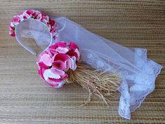 Kit com tiara, véu e buquê , confeccionado com flores de tecidos em tons de rosa e branco.. Buquê com 100 flores , arrematado com palha da costa e miçangas Véu em tule com acabamento em renda. Comprimento do véu = aprox. 60 cm Ideal para noivinhas de festa junina. Esse kit é ideal para crian... Holidays And Events, Hair Accessories, Band, How To Make, Lingerie, Google, Fashion, Headpiece Wedding Hair, Bridal Veils