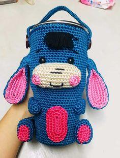 Chart móc túi đựng ly giữ nhiệt hình con lừa đáng yêu Crochet Case, Crochet Purses, Crochet Patterns Amigurumi, Crochet Dolls, Crochet Coffee Cozy, Bag Hanger, Knitted Animals, Bottle Holders, Crochet Accessories
