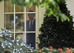 Obama Schmoozes Reporters At Secret Meeting    The president popped into an off-the-record briefing with reporters Monday.