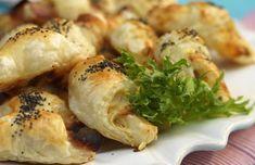Enkelt och gott! Suveränt frasiga drinktilltugg fyllda med oliver, skinka och ost.