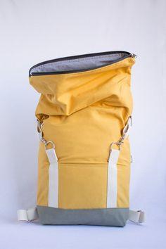 Handgemachte Roll-Top-Rucksack für den täglichen Gebrauch und Mini Ausflüge. Die Träger sind verstellbar und aus baumwollgurtband. Der Stoff ist ein Senf gelbe Loneta vom lokalen Anbieter in Barcelona gekauft. Innen an der Rückseite der Tasche ist eine kleine Doppeltasche, wo Sie Ihr Handy, Schlüssel oder Geldbörse setzen können. Es ist eine weitere Tasche mit Klettverschluss auf der Vorderseite. Es ist geeignet für Laptops bis 15. Der Rucksack kann passen und größeren Laptops tragen, aber…