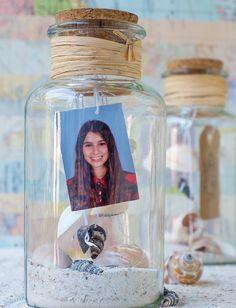 cadeau a fabriquer pour sa meilleure amie, une fiole avec photo, sable, coquillages de mer, idée originale activité manuelle pour ado