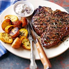 T bone steak with seasoned grilled potatoes! Grilled Fish Recipes, Grilling Recipes, Beef Recipes, Vegetarian Grilling, Healthy Grilling, Barbecue Recipes, Barbecue Sauce, Vegetarian Food, Summer Recipes