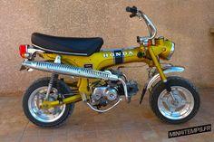Nous connaissons tous ce qui fait les spécificités techniques du Honda Dax. Mais qu'en est-il de l'histoire de ce petit deux-roues désormais mythique ? Retour sur les grandes étapes qui ont marqué la vie du mini4-temps Honda le plus célèbre ! Honda Dax, historique d'un succès intemporel ! Look bas sur pattes, cadre tôle en […] Yamaha Tw 125, Honda Cb 125, Motos Honda, Honda Bikes, Mini Motorbike, Mini Bike, Honda Cub, E30, Bmw E21