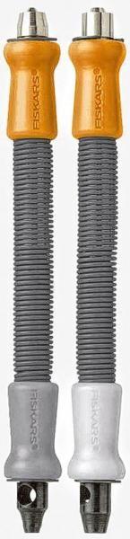 Fiskars® Ösenstanzer, 2er-Set - 15,49 € - Auf der bunten Seite befindet sich eine scharfe Ausstanzöffnung, mit der Sie Löcher in Papier, Pappe, Filz, Stoffe u.ä. stanzen können. Mit der grauen Seite nehmen Sie die Ösen auf und spalten sie. Selbst festeres Material kann bearbeitet werden, da der eingebaute Federhammer stark genug ist. Das 2er-Set ist für Ösen bis 3,2 mm und 4,8 mm.