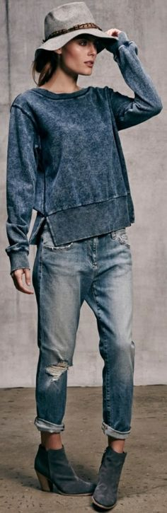 An ihm wirkt er edel und l. The jeans look is the summer color type outstanding. At him he looks noble and casual at the same time, as he skilful Outfit Jeans, Sweatshirt Outfit, Women's Jeans, Jeans Boyfriend, How To Wear Vans, How To Wear Heels, Denim Fashion, Trendy Fashion, Womens Fashion