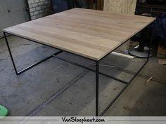 Vierkante Rustiek New Oak tafelblad met ene slank industrieel frame! Bij VanSloophout.com is alles op maat mogelijk. #custommade #maatwerk #eikenhout #sloophout #steigerhout #boomstam #reclaimedwood #staal #frame #tafel #tafelbladen #industireel #industrial #vtwonen #interieur #interior #horeca #kantoor #inspiratie