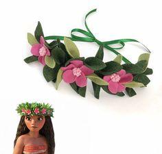 Fleur feutrine Moana couronne avec 2 couleurs de feuilles vertes et roses Hawaiian accent fleurs. Vous pouvez choisir un ruban vert à nouer dans le dos ou un élastique stretch doux. Parfait pour les fêtes d'anniversaire, Costumes et Disney vacances ! Nouveau à Etsy, mais pas à la main. Vous pouvez trouver dans ma boutique @lulebloom