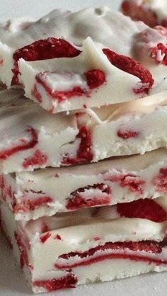 Strawberries and Cream Chocolate Bark Recipe Candy Recipes, Sweet Recipes, Dessert Recipes, Cupcake Recipes, Freeze Dried Strawberries, Strawberries And Cream, Just Desserts, Delicious Desserts, Yummy Food