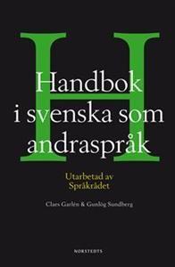 Handbok i svenska som andraspråk är en helt ny typ av bok för den som inte har svenska som modersmål men ändå kan en hel del svenska. Här får man exempel, råd och regler för språk och kommunikation i arbetsliv, studier och samhällsliv. Boken kan användas för självstudier, som uppslagsbok och i undervisning.Handbok i svenska som andraspråk består av två delar. Den första delen är en handbok som tar upp viktiga texttyper och ger konkret vägledning genom olika kommunikationssituationer i tal…