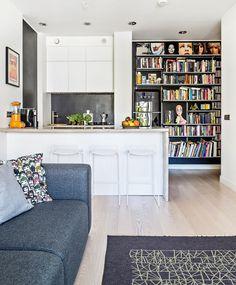 Töölöläiselämää valoisassa loft-yksiössä:: keittiö, saareke, olohuone, tummat värit, sisustus