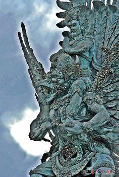 garuda wisnu kencana statue at dreamland beach Animal Sculptures, Lion Sculpture, Hindu Tattoos, Temple Architecture, Thai Art, Wilderness Survival, Religious Art, Indian Art, Mythology