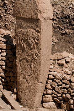 Göbekli Tepe: En 2000, Klaus Schmidt expuso la teoría de que Göbekli Tepe fue un centro religioso en el Neolítico, lo que lo convertiría en el templo más antiguo de la historia; al menos seis milenios anterior al complejo megalítico de Stonehenge, en Gran Bretaña.