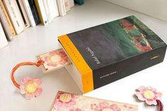Se acerca el día del libro y no nos puede faltar un bonito punto de libro que vamos a hacer totalmente a mano. Acuarelaremos con las tintas Tsukineko y trabajaremos sobre una base estampada de emboss.