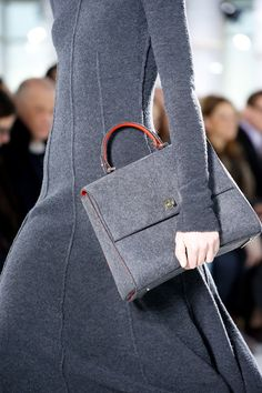 Gorgeous silhouet with cuddly bag in felt. Love it !