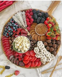 T-minus one more day until the OSCARS! Here's a Black-Tie Dessert Board to satisfy your sweet tooth. A good mix of chocolate, gummies &… Party Food Platters, Party Trays, Food Trays, Party Snacks, Party Food Japanese, Dessert Party, Dessert Table, Charcuterie And Cheese Board, Meat Cheese Platters