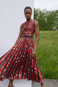 See all the Collection photos from Oscar De La Renta Spring/Summer 2020 Resort now on British Vogue Vogue Fashion, Fashion 2020, Fashion Week, Runway Fashion, High Fashion, Fashion Show, Fashion Design, Fashion Trends, Cute Dresses