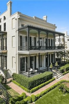This Uptown New Orleans mansion was built in 1856 by Henry Howard for Henry Lonsdale, an entrepreneur who invented the burlap sac. New Orleans Mansion, New Orleans Apartment, New Orleans Homes, New Orleans Louisiana, Old Mansions, Mansions For Sale, Terrace House Exterior, New Orleans Garden District, New Orleans Architecture