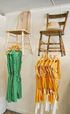 I use this at the boutique it's so cute once you have it put up !♻ Upcycled: New Uses for Old Chairs great for a boutique clothes shop perhaps? Decoration Vitrine, Clothing Displays, Clothing Racks, Clothing Stores, Women's Clothing, Old Chairs, Antique Chairs, Vintage Chairs, Vintage Display