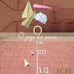 Com fita crepe e aviões de papel você pode fazer um divertido jogo que vai entreter toda a família