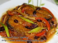 This is one of the more popular Pinoy cooking method of milkfish. Fried slices of milkfish are cooked with ginger, onion, tomato and with fermented/salted black beans. Newly fried milkfish or left over fish can be used for this recipe. Sauce Recipes, Pork Recipes, Fish Recipes, Seafood Recipes, Cooking Recipes, Chicken Recipes, Filipino Dishes, Filipino Recipes, Filipino Food