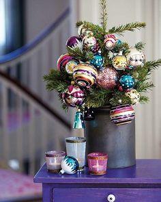 Qualquer planta pode se vestir para o natal. A sacada é comprar enfeites bem colorido. A dica é da Rosana Silva, do Simples Decoração.