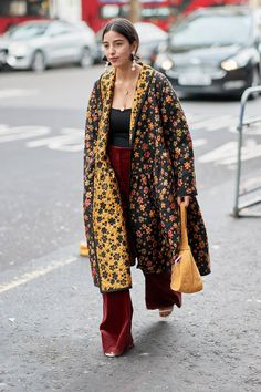 The Latest Street Style From London Fashion Week Love this! Colirs and floral. The Latest Street Style From London Fashion Week Moda Fashion, Trendy Fashion, Fashion Outfits, Fashion Trends, Fashion Fashion, Cheap Fashion, Fashion Weeks, Paris Fashion, Womens Fashion