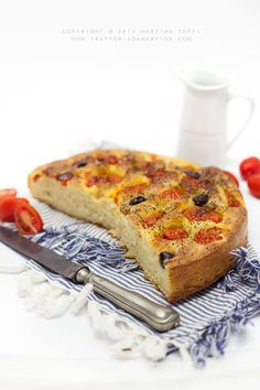 La focaccia barese è un piatto della tradizione pugliese, da gustare caldo e da assaporare nella sua sofficità. La versione classica è con questa, pomodorini e olive!