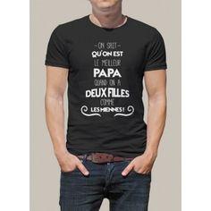 """Tee shirt cadeau imprimé """"On sait qu'on est le meilleur papa quand on a deux filles comme les miennes"""", modèle homme. Tee shirt original personnalisé manches courtes, pour une idée de cadeau, ou pour la fête des pères."""