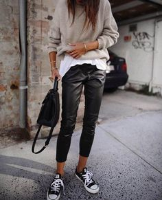 30 Beautiful Leather Outfit Ideas Copy Now Casual Fall Outfit Idea Black Leather Pants Plus Bag Plus Converse Plus Sweater Plus White Top Stylish Winter Outfits, Casual Fall Outfits, Unique Outfits, Outfit Winter, Dress Casual, Spring Outfits, Casual Pants, Sporty Chic Outfits, Ootd Winter