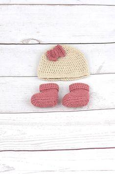 9a15c1622478 Súprava pre novorodenca je ručne háčkovaná z prírodného materiálu - z  kvalitnej nórskej extra jemnej béžovej