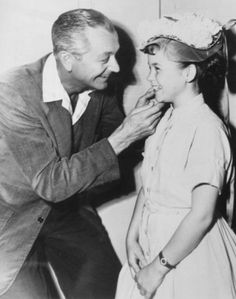 Father knew best back then (Robert Young and Lauren Chapin from the hit television, sitcom, Father Knows Best, Life In The 1950s, Father Knows Best, Robert Young, 70s Tv Shows, Vintage Television, Child Actresses, Picture Story, Classic Tv, Classic Movies