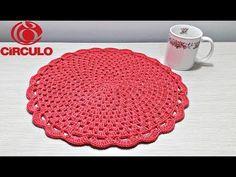 O sousplat é uma peça que apoia os pratos em uma mesa posta e traz charme para qualquer refeição. Veja modelos, salve lindas ideias e aprenda como fazer! Crochet Circles, Crochet Mandala, Crochet Flowers, Crochet Table Mat, Crochet Placemats, Crochet Dollies, Crochet Purses, Crochet Kitchen, Crochet Home