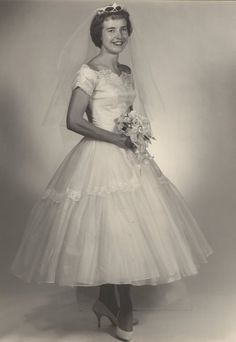 1950s perfection Vintage 1950s Dresses, Vintage Inspired Dresses, Vintage Outfits, Vintage Fashion, Vintage Clothing, Vintage Hats, Retro Vintage, Wedding Attire, Wedding Bride