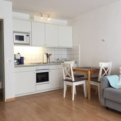 Kurviertel Westerland Kurviertel is an apartment situated in Westerland, 200 metres from Waterpark Sylter Welle. Guests benefit from balcony. Free WiFi is available throughout the property.  The unit is equipped with a kitchenette. A flat-screen TV is featured.