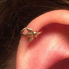 22 Cute Cartilage Piercings To Get Right Now Cute Cartilage Piercing, Cartilage Hoop, Cartilage Earrings, Tongue Piercings, Piercings Rook, Tragus, Septum, Multiple Ear Piercings, Cuff Earrings