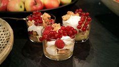 En fräsch dessert med krämighet och crunch tillsammans med de sötsyrliga äpplena. Allt kan förberedas i god tid och sedan kan desserten bara läggas samman inför serveringen. Crunches, Acai Bowl, Yogurt, Cheesecake, Pudding, Breakfast, Desserts, Mat, Acai Berry Bowl