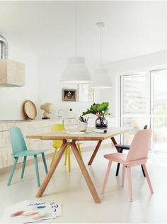 我們看到了。我們是生活@家。: 簡約的布沙發、原木的桌燈、可愛多色的吊燈