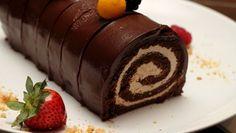 Chocolate roll cake with strawberries Chocolate Roll Cake, Choco Chocolate, Cooking Chocolate, Delicious Chocolate, Chocolate Desserts, Köstliche Desserts, Delicious Desserts, Yummy Food, Baking Recipes